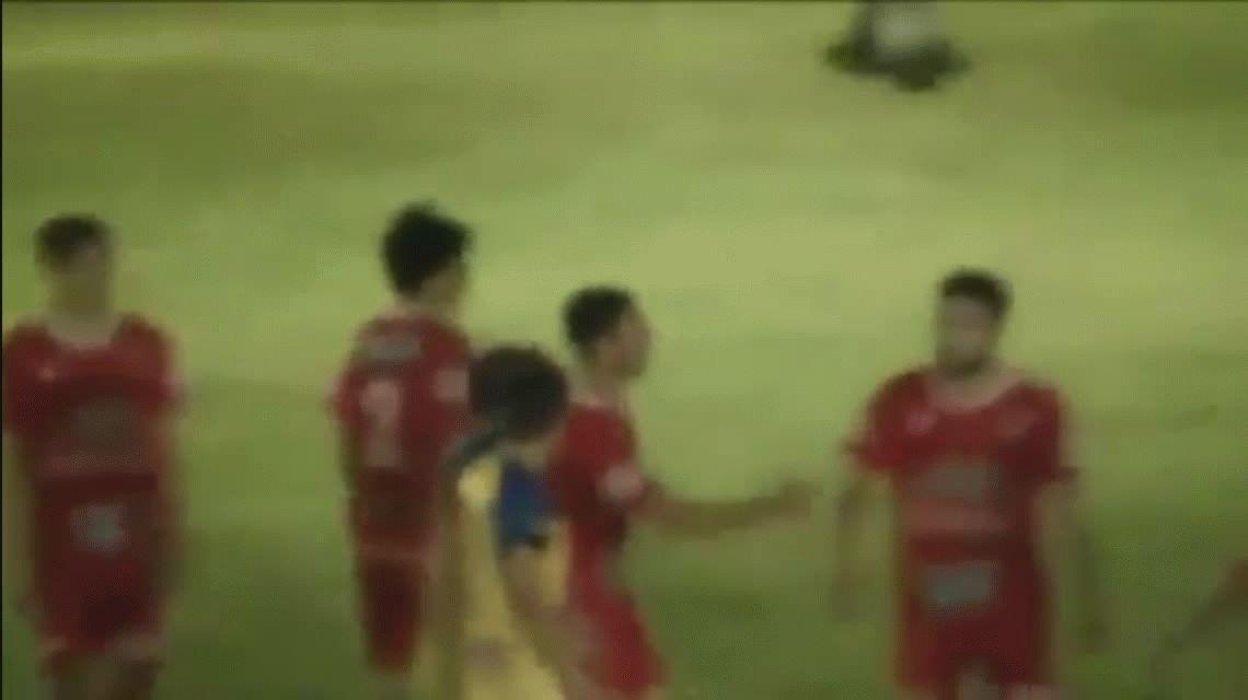Otra cobarde agresión: un hincha entró a la cancha y le pegó a un árbitro