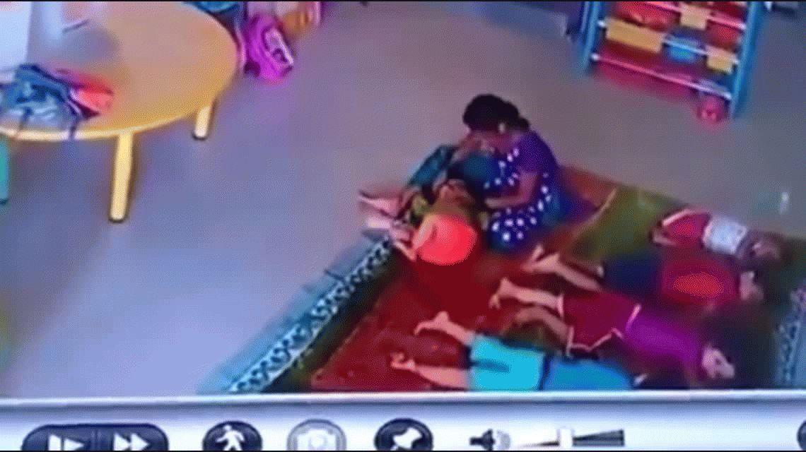 VIDEO: Una mujer golpea brutalmente a un bebé en la guardería
