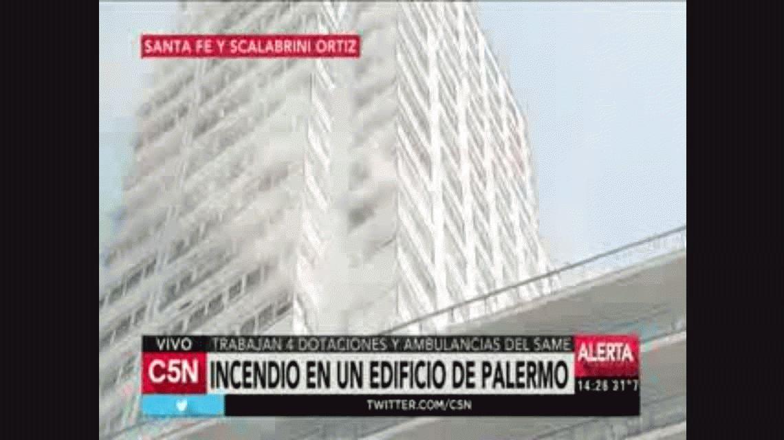 Incendio en un edificio de Palermo: rescatan a los vecinos con una grúa