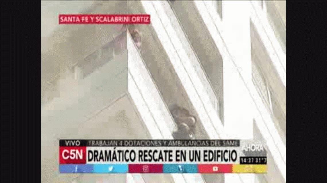 VIDEO: El dramático rescate de un bebé del edificio incendiado en Palermo