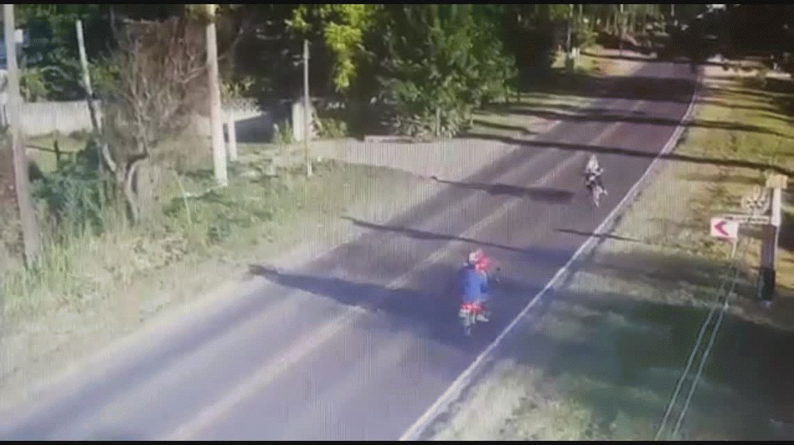 VIDEO El choque imposible: dos motos, de frente