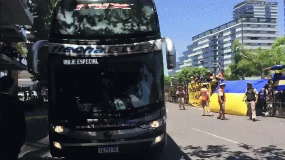 Trajo suerte: los hinchas de Boca le hicieron un banderazo para despedir a su equipo antes del Superclásico