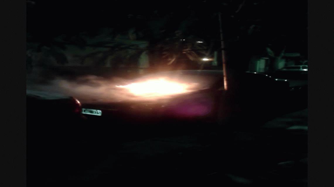 ¿Quemacoches? Mirá como se incendia un auto en pleno Villa Urquiza