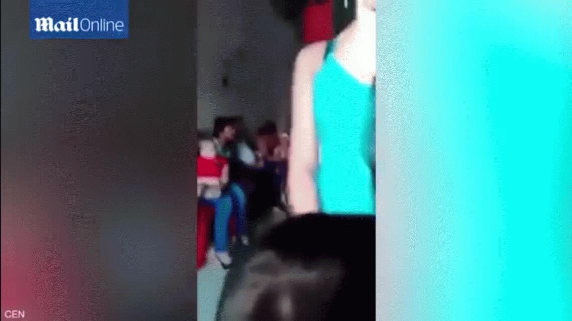 Agarrá por detrás: el polémico baile sensual de dos jóvenes a unos nenes