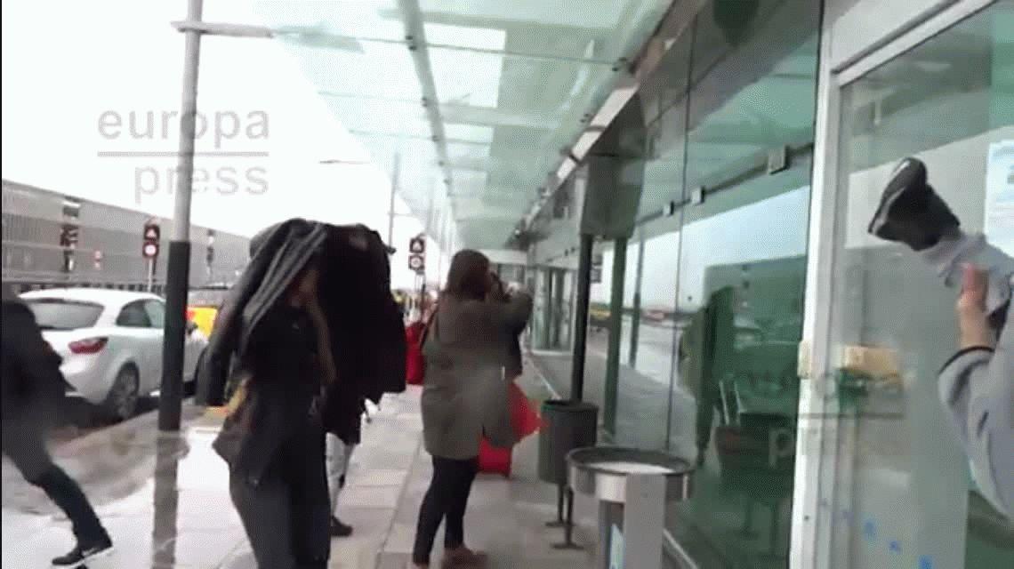 Escándalo: Piqué agredió a una periodista en un aeropuerto de Barcelona