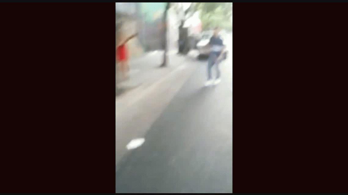 VIDEO: Dos jóvenes le pegan a una travesti en la calle