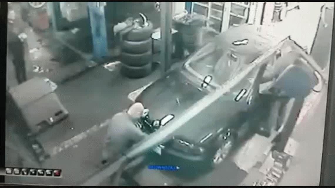 Un mecánico no prestó atención y se cayó en una fosa
