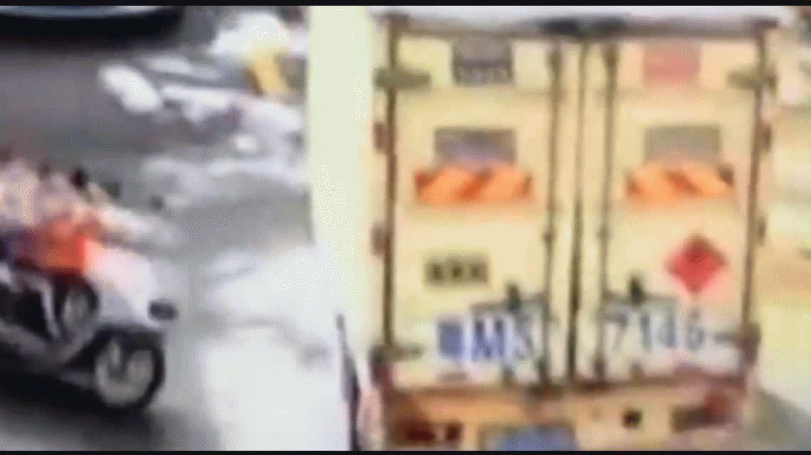 Dos nenes sobre una moto chocaron contra un camión