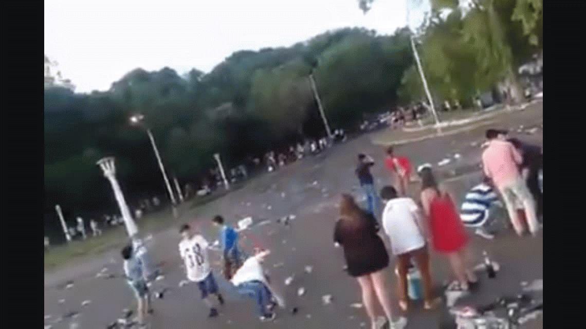 VIDEO: Adolescentes festejaron Navidad en Paraná revoleando botellas