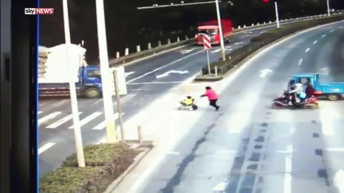Un nene fue atropellado por un camión y se salvó de milagro