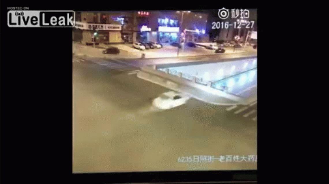 Un vehículo se metió a un paso nivel por el costado