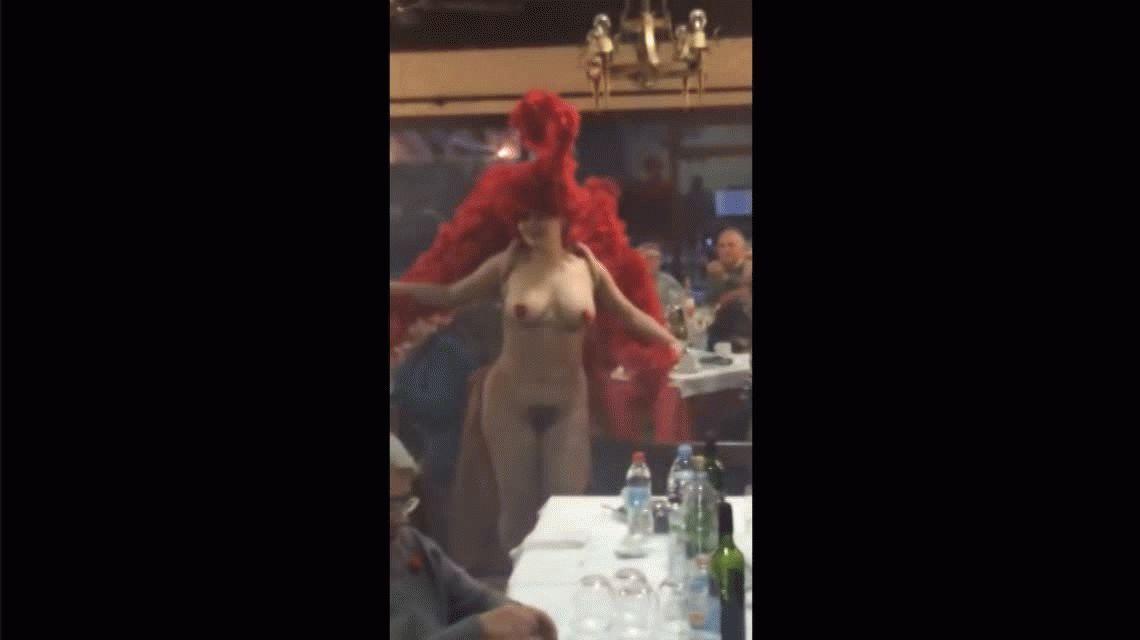 Escándalo por el show nudista en un almuerzo de jubilados por Navidad