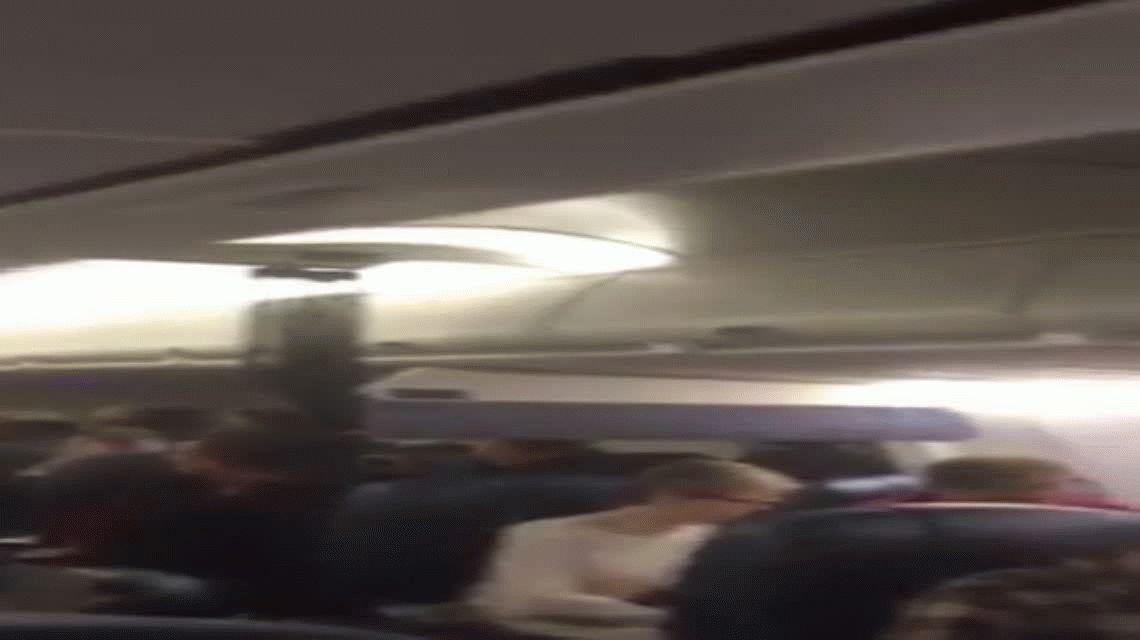 Un avión tuvo que volver por una pelea de pareja