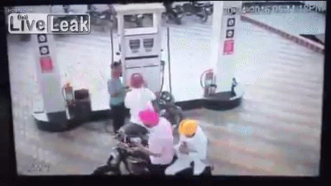 Se prendió fuego una moto mientras le cargaban nafta