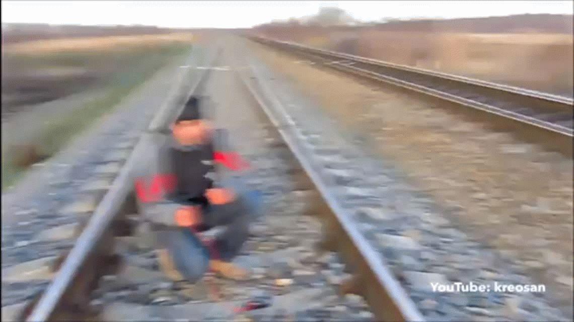 VIDEO Arriesgado: cargan la batería del celular con las vías del tren