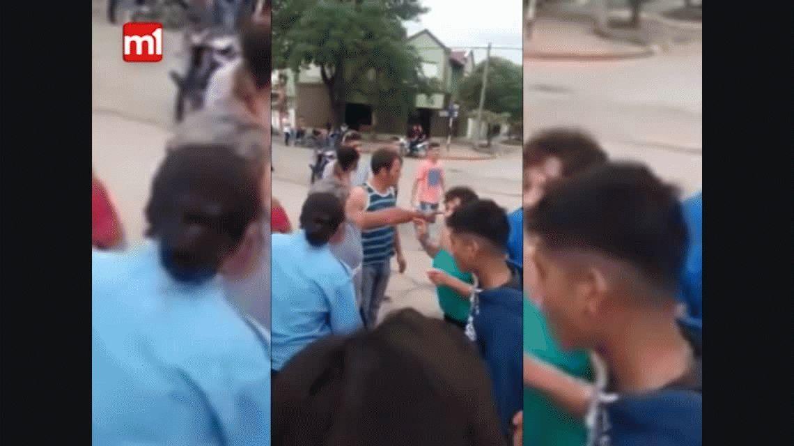 VIDEO: Una vecina y una policía se agarraron de los pelos en una dicusión