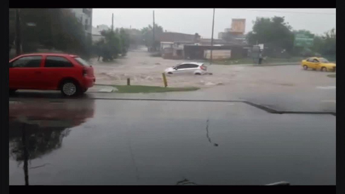 VIDEO: El temporal de Córdoba se llevó un auto con la conductora adentro