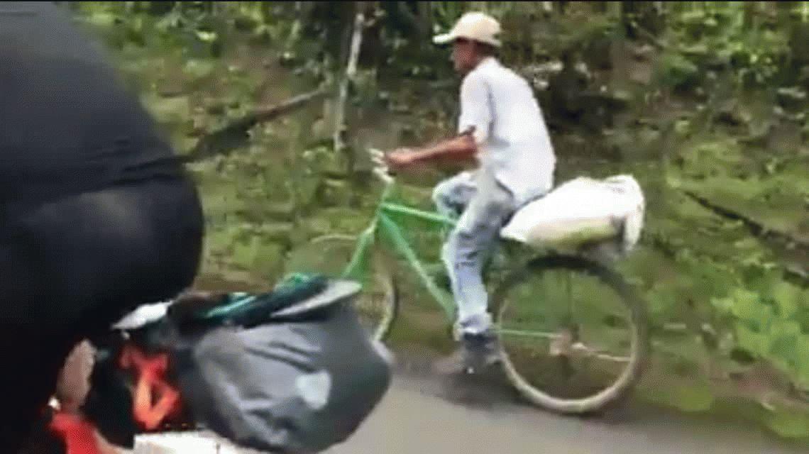 Un campesino y su vieja bicicleta dejan en ridículo a dos ciclistas europeos