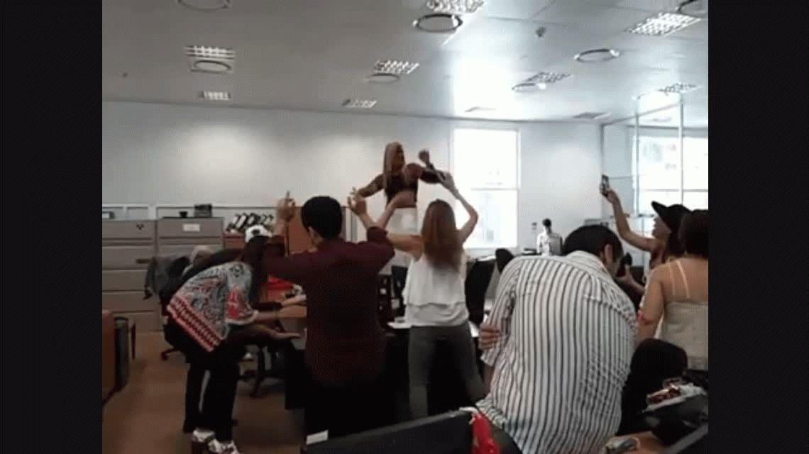 Echaron a una funcionaria por bailar sobre una mesa en la ex Esma
