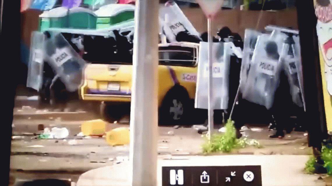 VIDEO: Se subió a su camioneta y arrolló a siete policías en México