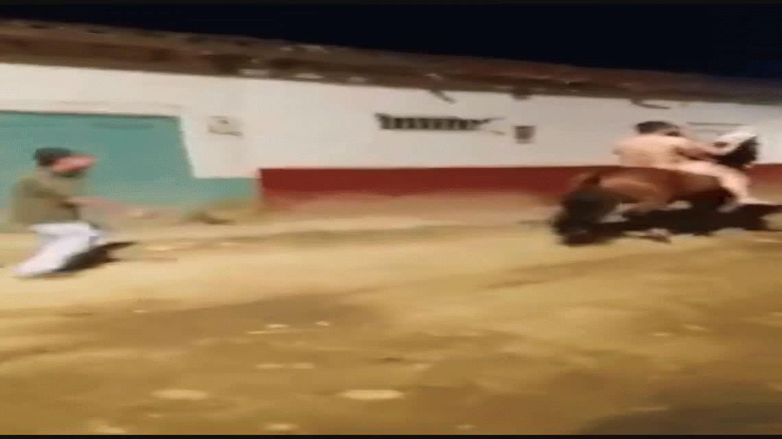 VIDEO: Hombre y mujer pasean desnudos a caballo ante la vista de todos sus vecinos