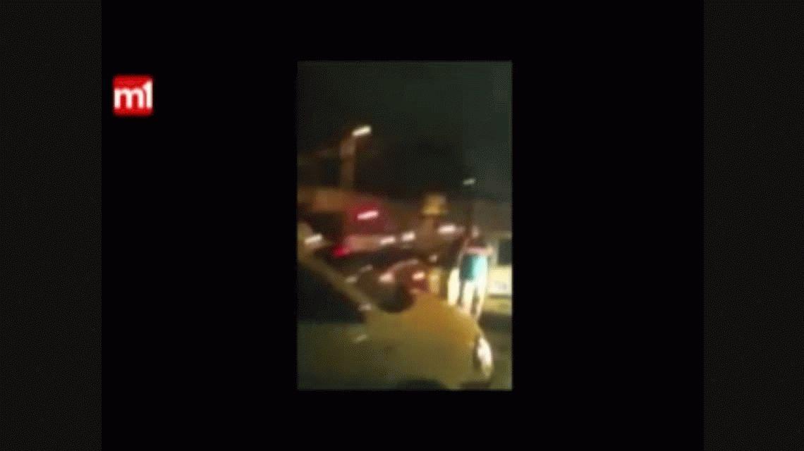 VIDEO: Le robó a un taxista, lo atraparon y lo obligaron a caminar desnudo
