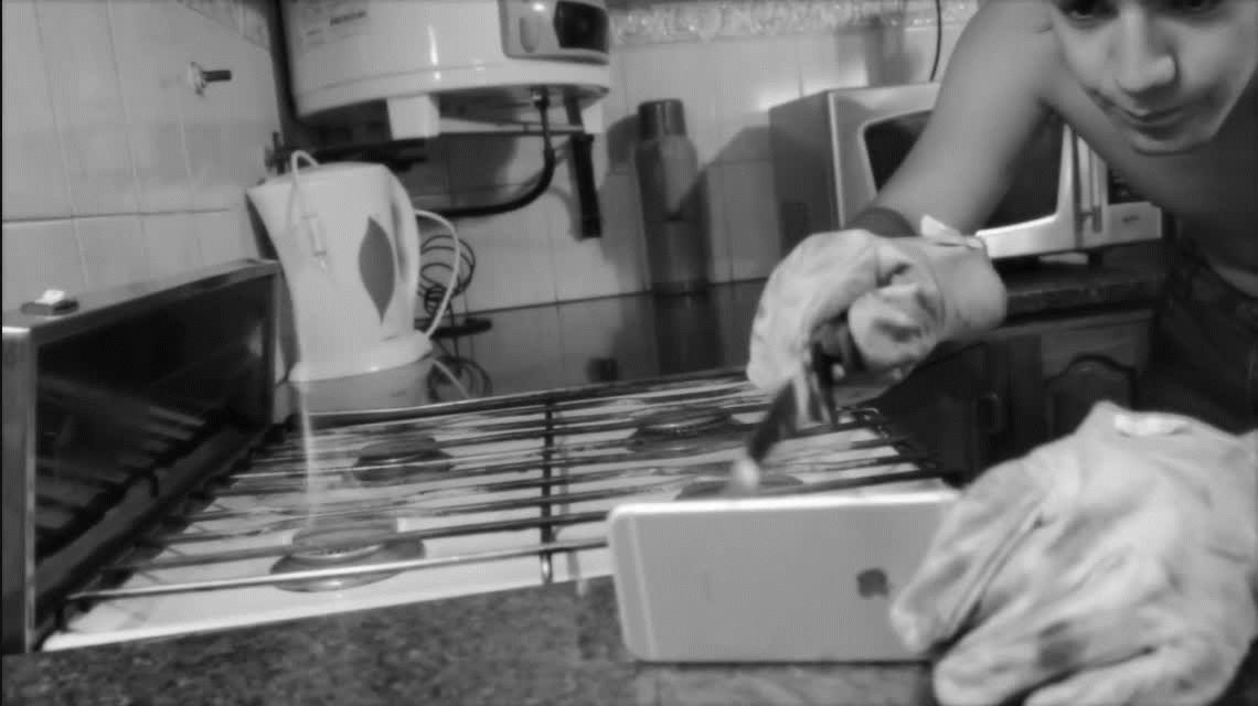 ¡Con lo que cuesta! Youtuber argentino intenta cortar un iPhone con un cuchillo caliente