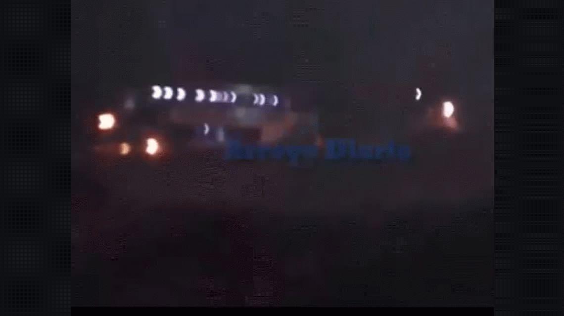 VIDEO: Dramático rescate de dos micros arrastrados por el agua en Arroyo Seco