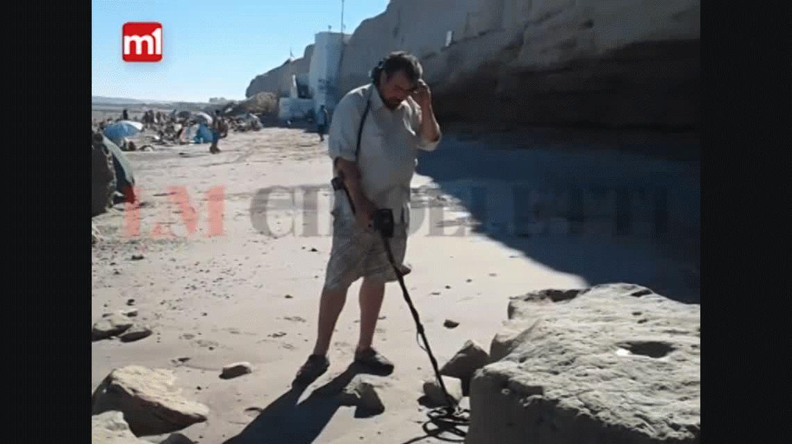 Río Negro: con un detector de metales, busca tesoros en una playa