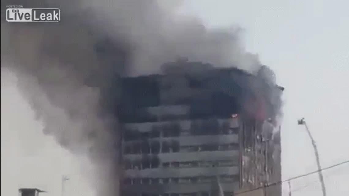 VIDEO: Así se derrumbó un edificio en llamas en Irán