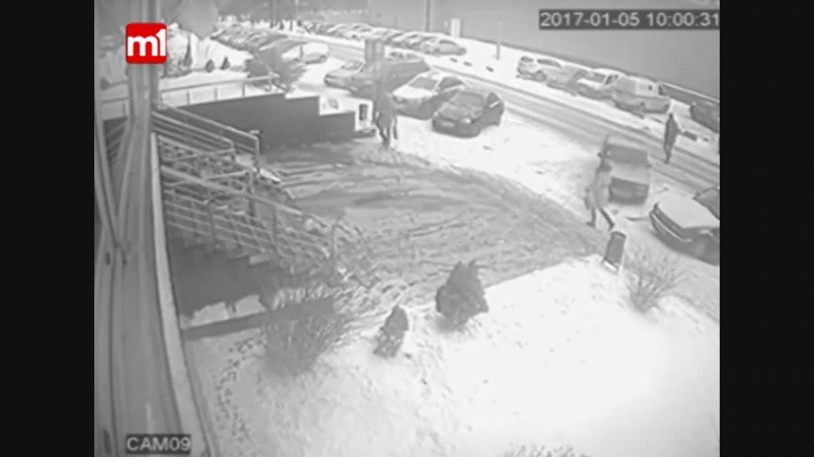 Una mujer es aplastada por un vehículo y sobrevive