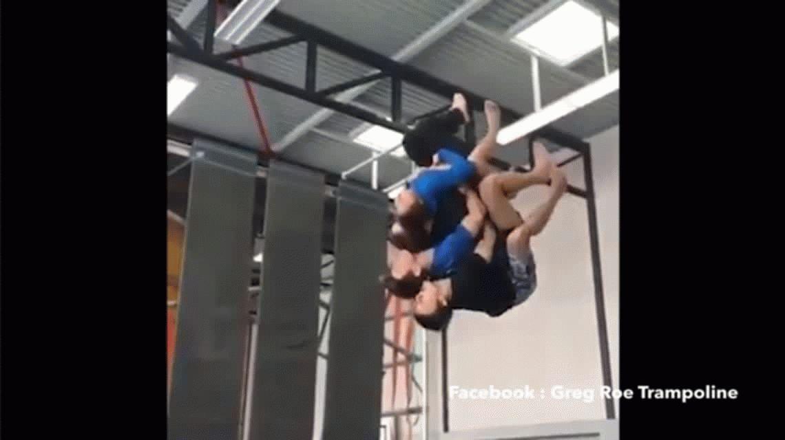 VIDEO Mirá cómo salió este salto mortal hacia atrás entre cuatro hombres abrazados