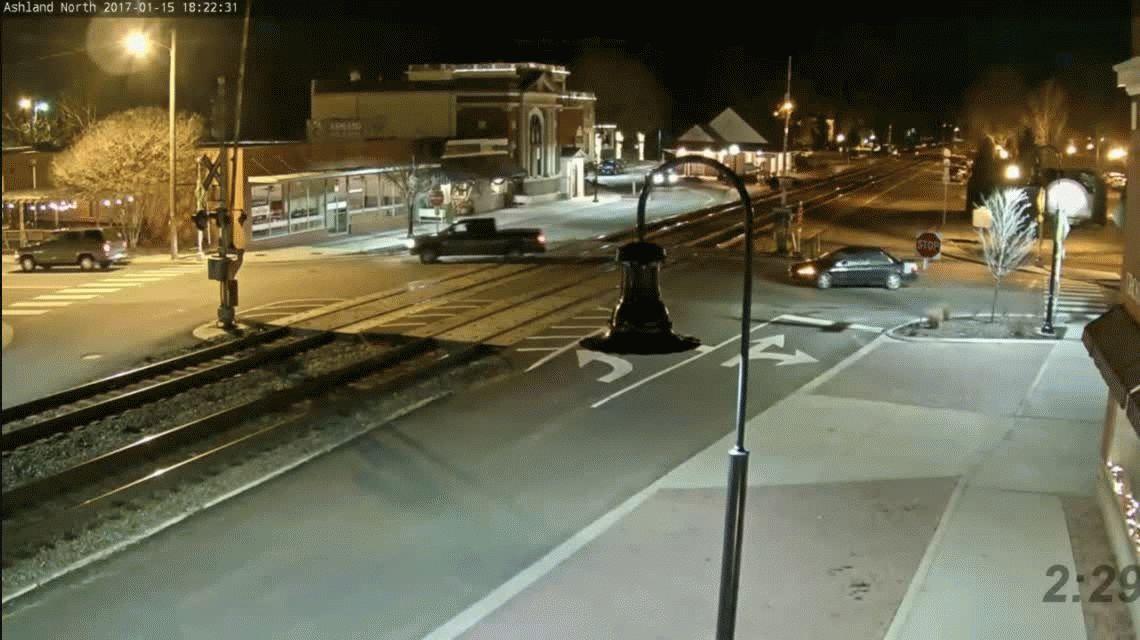 VIDEO: Terminó en unas vías y un tren arrolló su auto