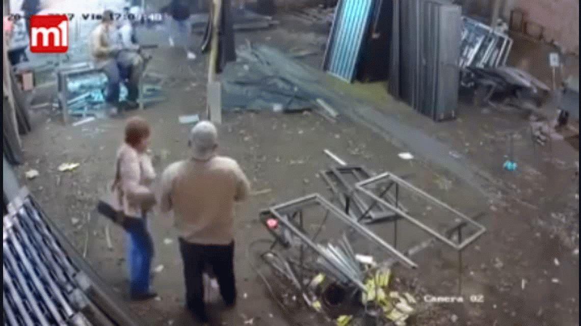 VIDEO: Se enfrentó a un ladrón armado y sobrevivió a un disparo