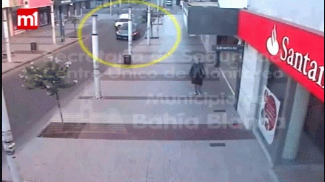 Se bajó a ver una vidriera, dejó su auto abierto y se lo robaron