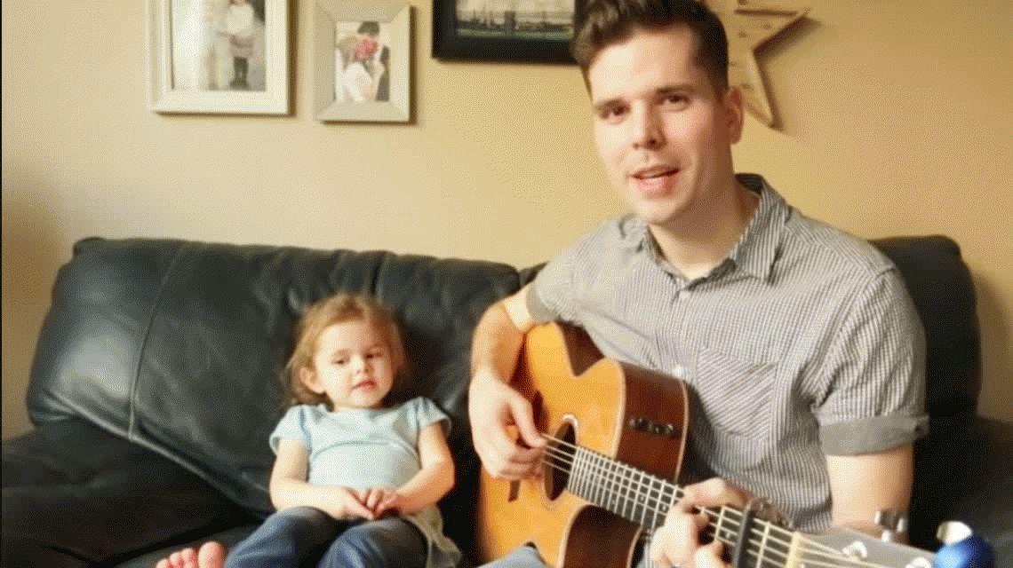Una nena canta con su papá la canción de Toy Story y es viral por su talento