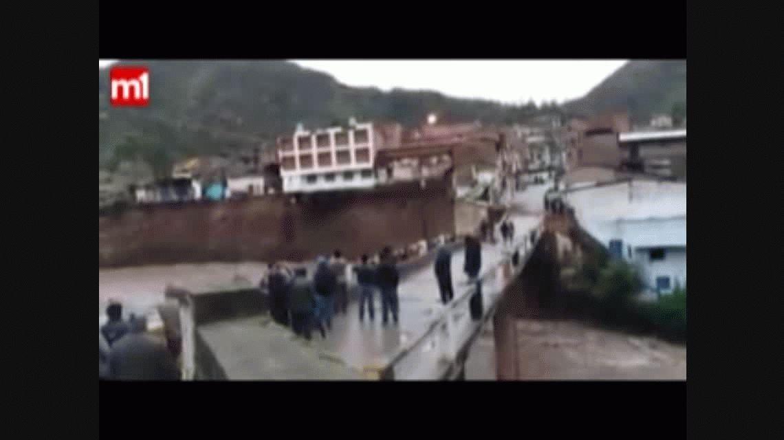 Un hotel se derrumbó por la crecida de un río en Perú