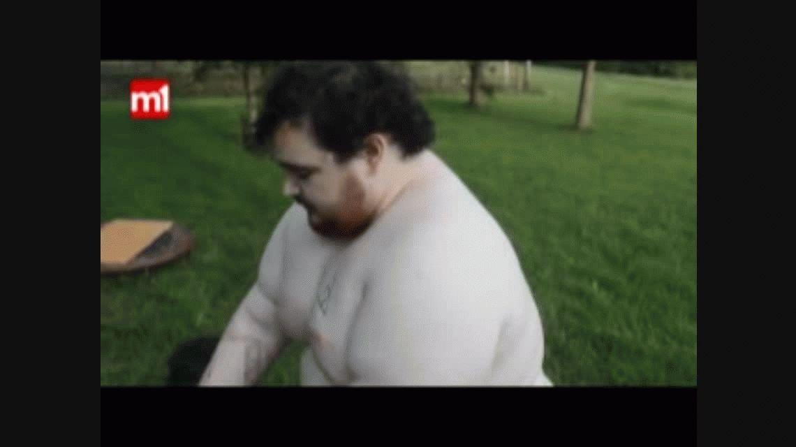 VIDEO: se tiró excremento en la cara con una gomera gigante