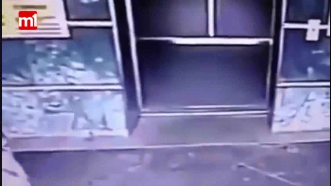 VIDEO: Salvó a su hija con una milagrosa patada