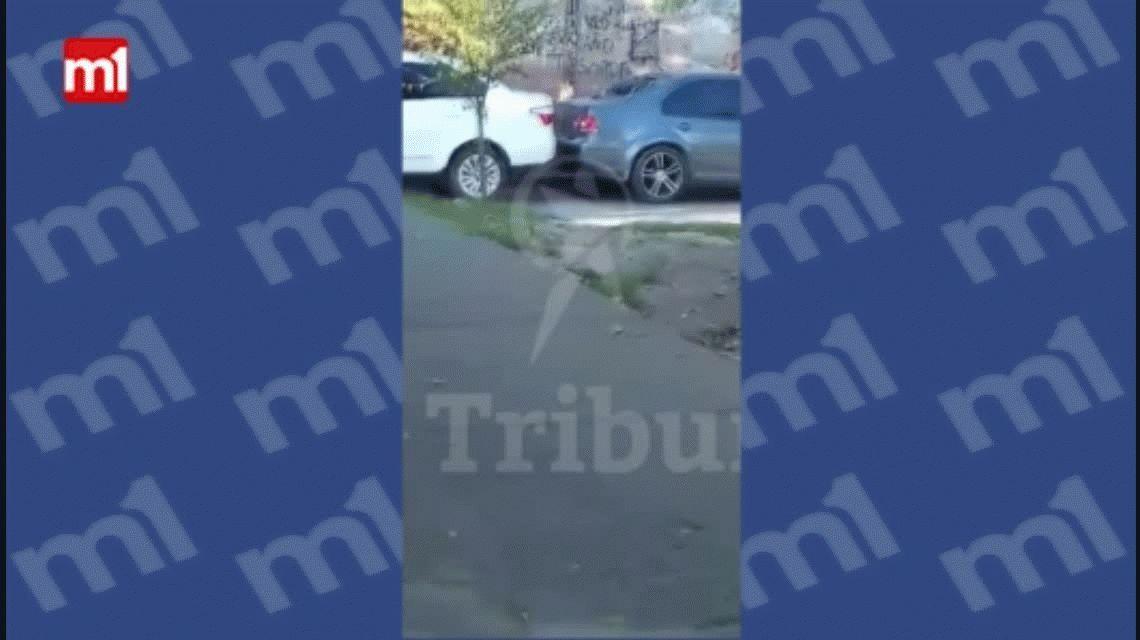 VIDEO: No le pasó la cuota alimentaria y le destruyó el auto con un martillo