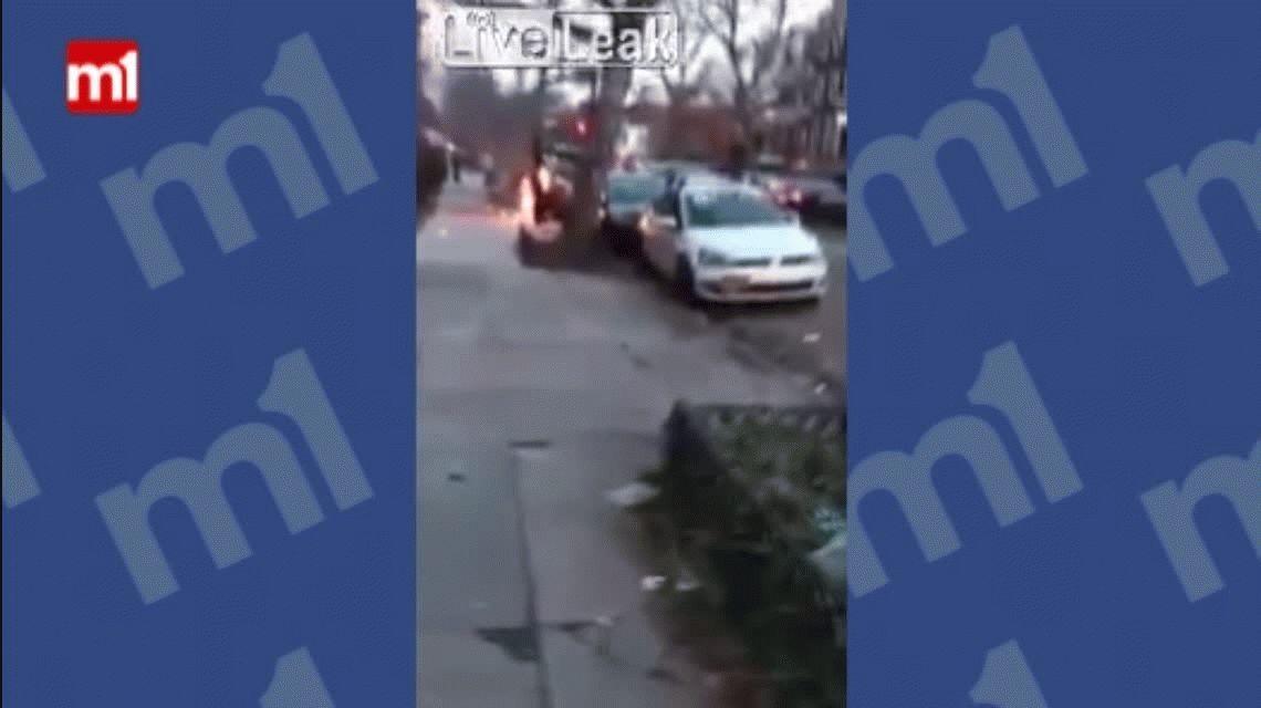 VIDEO: Se saca la ropa y camina como si nada pasara mientras se prende fuego