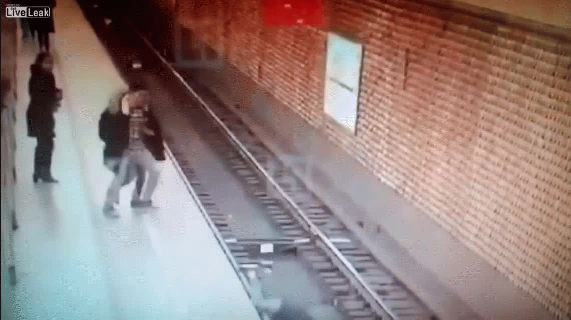 Rusia: empujó a su amigo a las vías del subte y lo mató