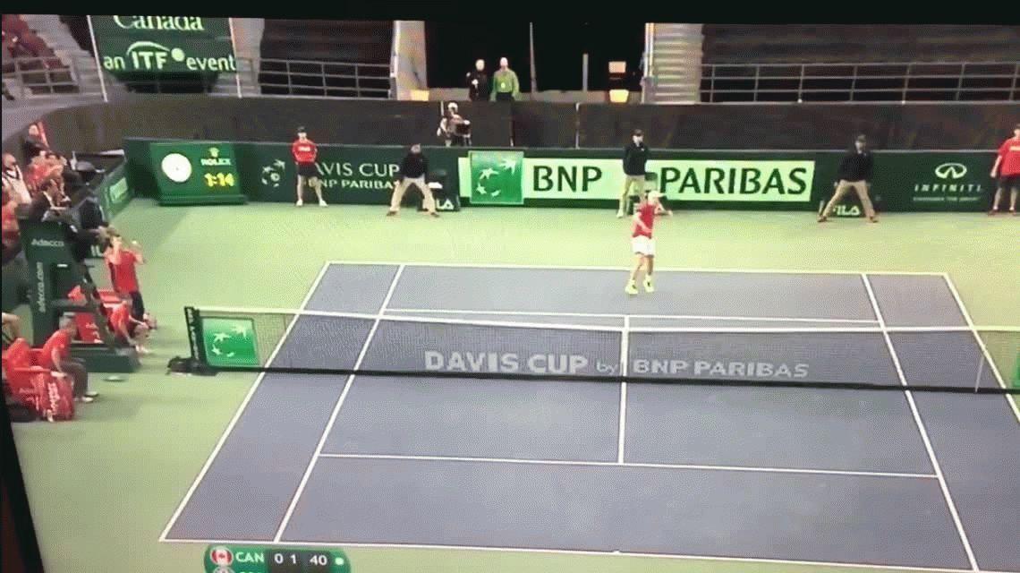 Copa Davis: por un pelotazo de Shapovalov al umpire, descalificaron a Canadá