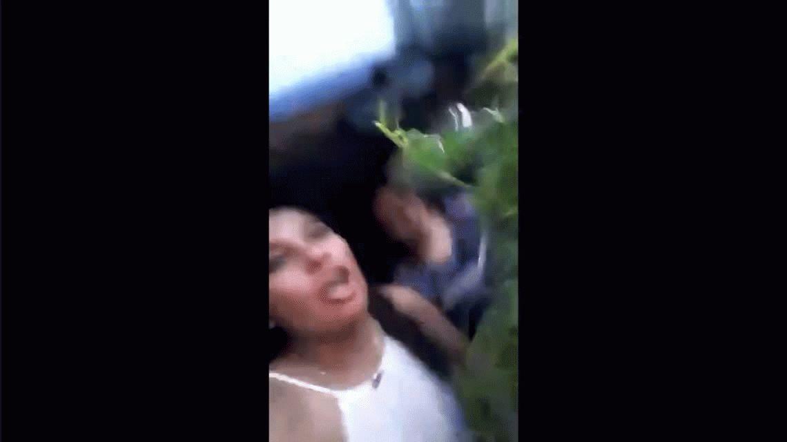 Se viralizó un video de dos policías festejando con una planta de marihuana robada