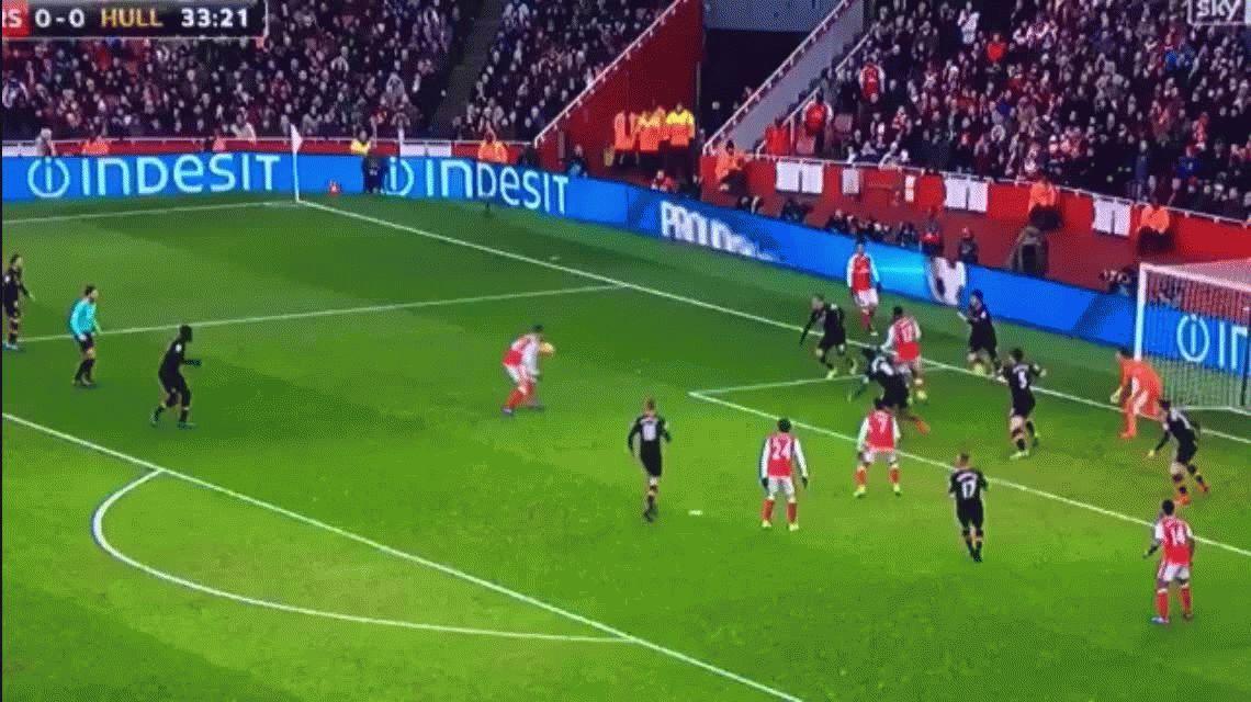A lo Diego: Alexis Sánchez hizo un gol con la mano en la victoria del Arsenal