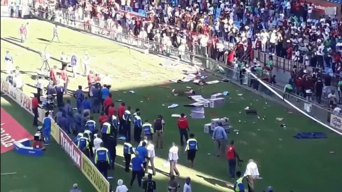 Su equipo caía goleado y los hinchas entraron a agredir a los jugadores