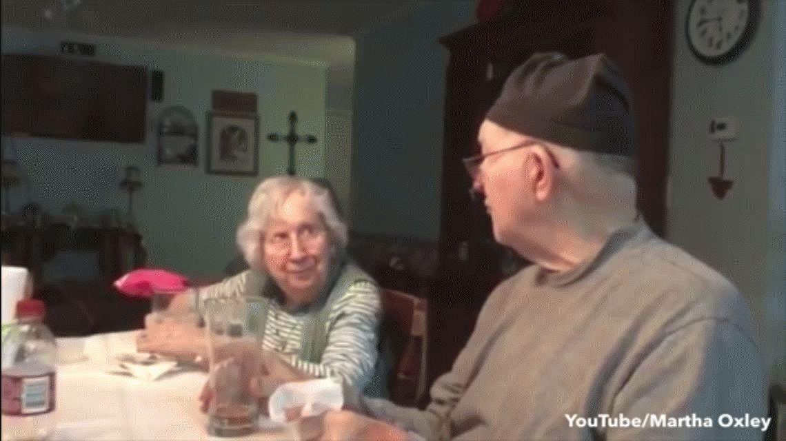 El video más romántico de San Valentín: Él, 83, le canta a ella, 82, ¿He dicho últimamente que te amo?