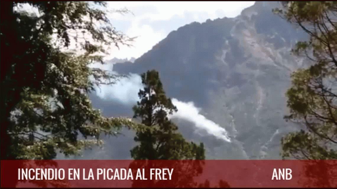 Incendio en el Cerro Catedral: trabajan tres aviones y un helicóptero hidrantes