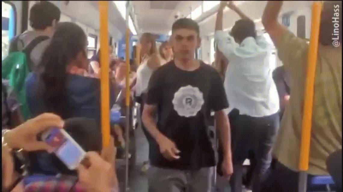 VIDEO: Le pidió casamiento a su novia en el tren pero le salió pésimo