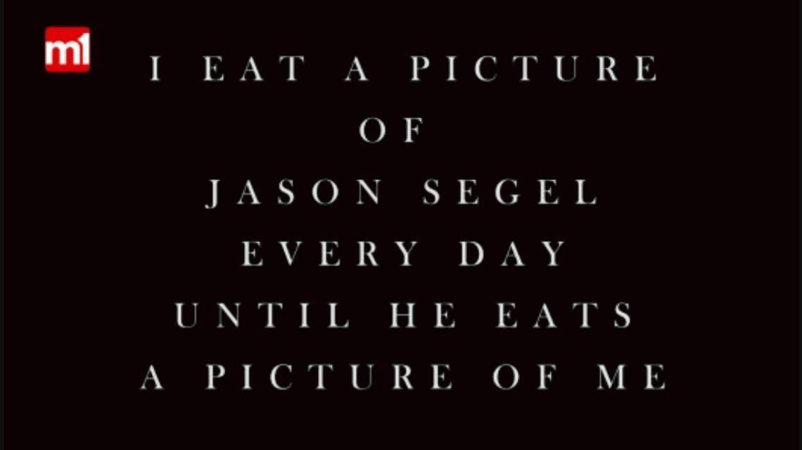 VIDEO: Se comerá una foto de Jason Segel por día hasta que él lo haga